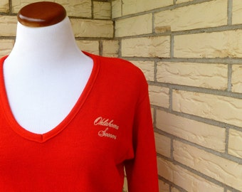 1970s V Neck Sweater Red Oklahoma Sooners OU Collegiate Wear Womens Vintage Medium