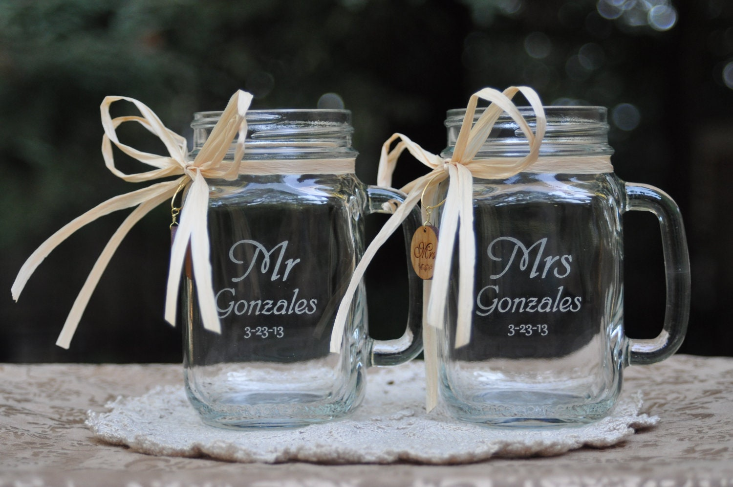 Mr and mrs mason jar mugs with engraved wood charms 21 font - Recuerdos para invitados de boda ...