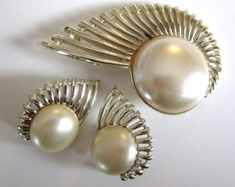 """Vintage 1950s Sarah Coventry """"Pearl Flight"""" Clip On Earrings and Brooch Set // SC // Faux Pearls"""