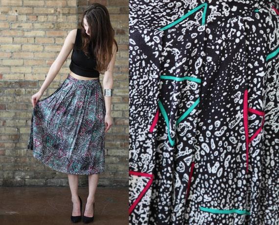 black midi skirt // white triangle polka dots // abstract geometric paint // vintage 80s //  flowy  pleated  // medium