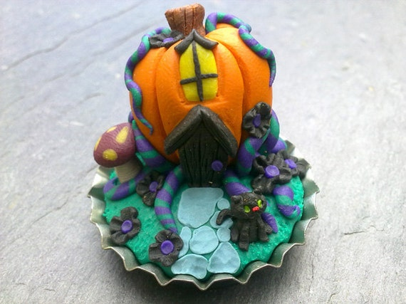 "Ultra tiny 1"" halloween bottlecap scene pumpkin house with black cat"