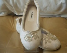 Bridal Flat IVORY SHOES Comfortable Vegan, hand sewn pearls and appliqué,Wedding flats ivory rose,Ballet Style Slippers,Lace Flats,Victorian