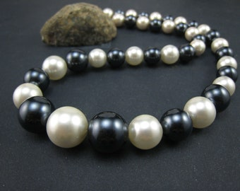 White and black Shell pearl Necklace