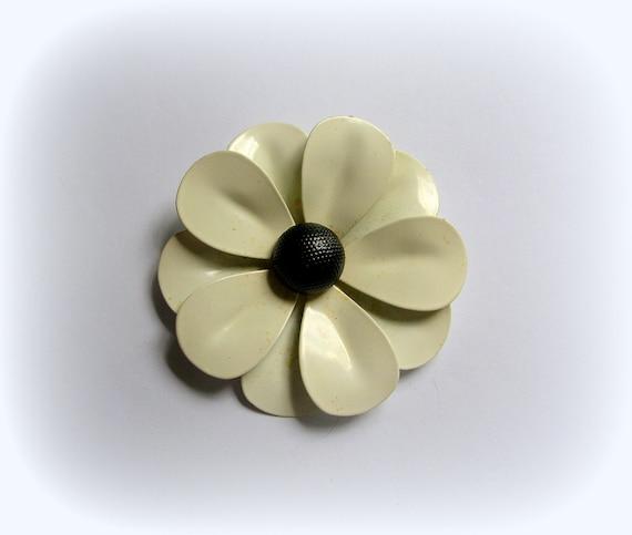 Vintage white  retro enamel daisy brooch pin