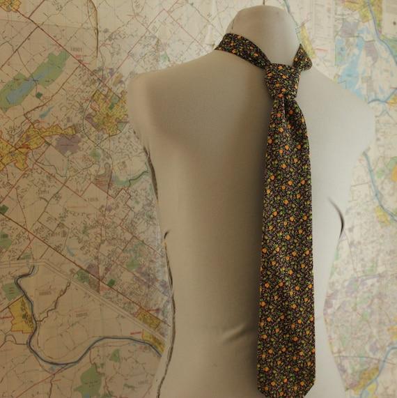 Floral necktie. 70s necktie. Vintage tie. Mens tie