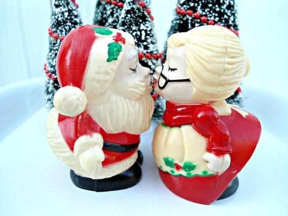SALE-Vintage Santa Claus and Mrs. Claus Salt and Pepper set - Christmas table decor salt pepper shakers