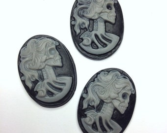 5 Cameo Cabochon Lady Skull Skeleton 25 x 18mm Resin Gothic Oval Cameo GREY on BLACK - Pack of 5.