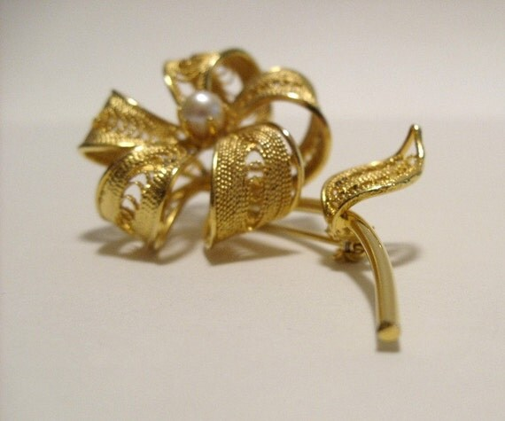 Vintage 1950's 1960's Gold Tone and Faux Pearl Filigree Flower Brooch - Vintage Gold Flower Pin - Mid Century Brooch