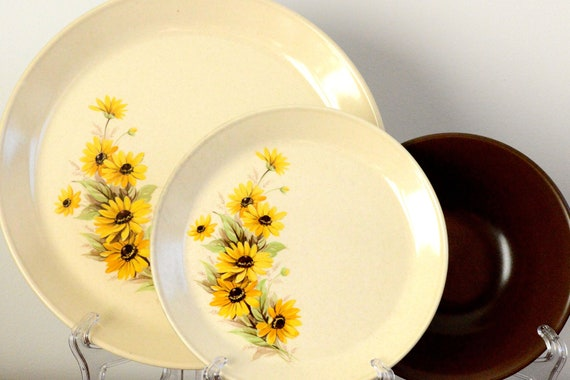 Johnson of Australia: twelve piece dinner set with dinner plates, small plates and bowls