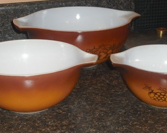 Set of 3 Pyrex Nesting Mixing Bowls Brown and White Old Orchard