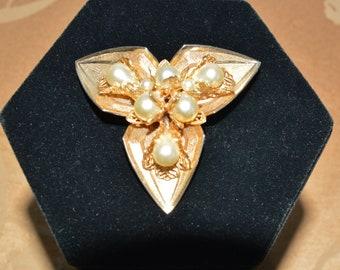 Pretty Pearl Gold tone Vintage Brooch