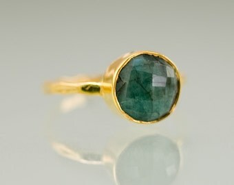Raw Emerald Ring Gold, May Birthstone Ring, Raw Gemstone Ring, Solitaire Ring, Stacking Ring, Gold Ring, Round Stone Ring, Boho Ring