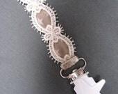 Attache tétine tissu beige étoilé & dentelle blanche à pince étoile