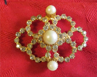 Vintage 1960's Brady Bunch Rhinestone & Faux Pearl Gold Tone Brooch Pin - Free Shipping