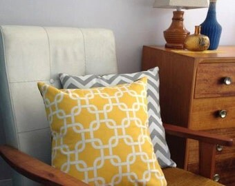Sunny yellow and white chain link geometric cushion cover