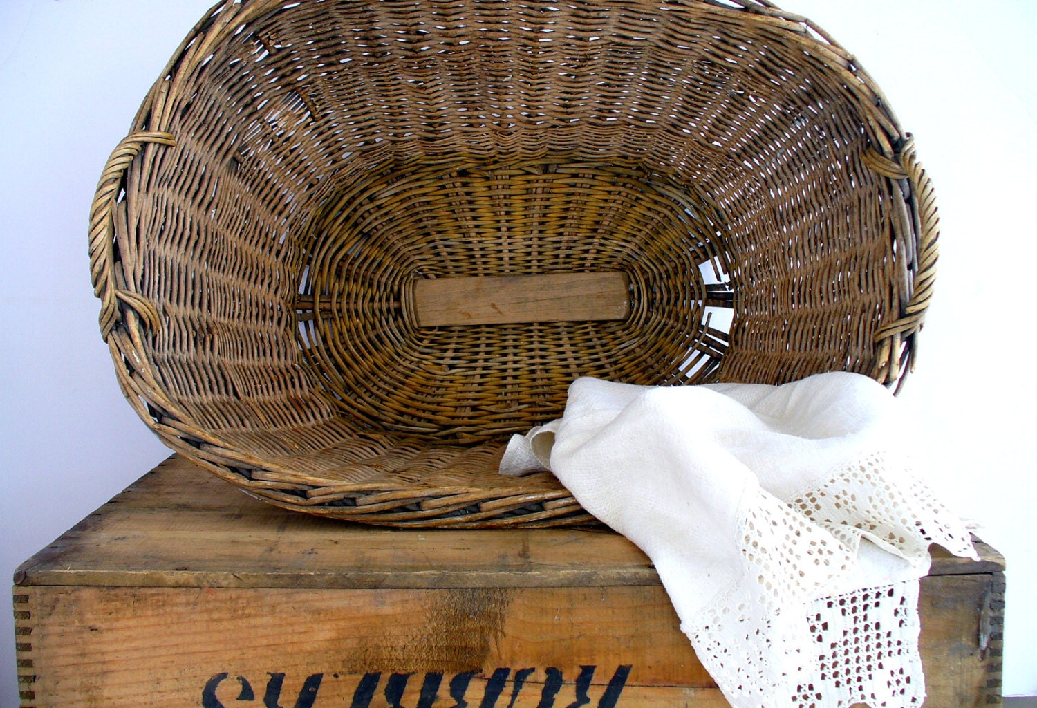 antique french country wicker laundry basket handles. Black Bedroom Furniture Sets. Home Design Ideas