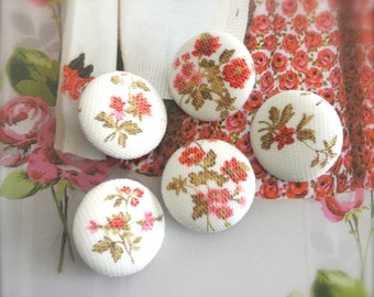 Fabric Buttons, Red Off White Rose Floral Flower Net Lace Covered Fabric Buttons, Retro Wedding Floral Fridge Magnets, 1.1 Inches 5's