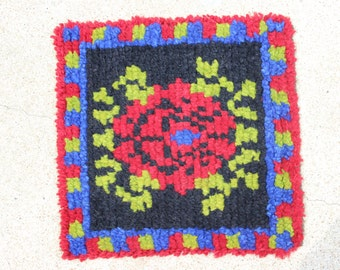 Vintage Small Wool Hand Hooked Rug Red Black Blue Green Prayer Rug Handmade Shag Mexican Rose Flower Design Wall Hanging