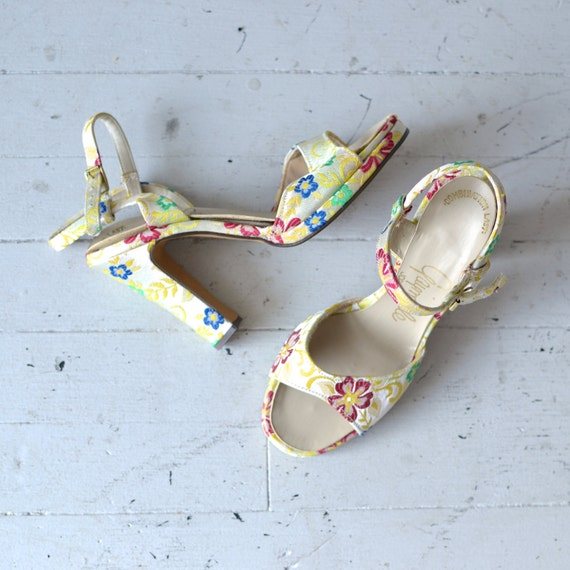 SALE floral heels / 1970s floral fabric shoes / Perennial heels