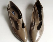 shoes 7 / taupe leather heels / strappy low heels / Nickels made in Italy / deadstock 1990s low heels / vintage shoes size 7