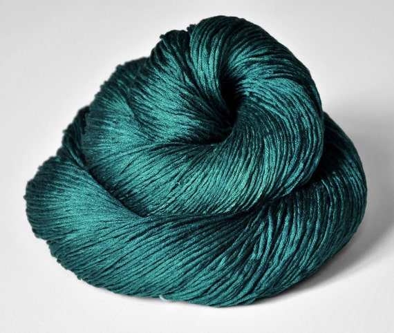 Giant clam closing forever - Silk Yarn Fingering weight - Knotty skein
