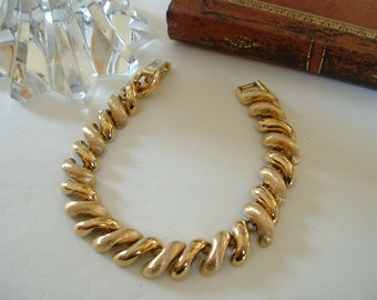 1960 Vintage NAPIER Golden Link Bracelet Signed Shiney Matt Finish CLASSIC