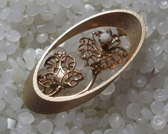 pretty vintage brooch, oval with filligree and white stone