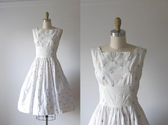 vintage 1950s dress / 50s white dress / embroidered flower dress