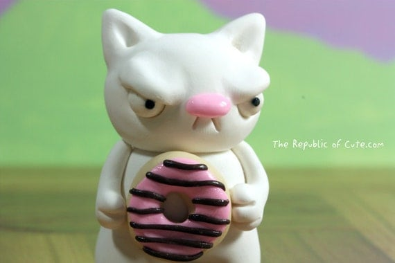 Donut lover white cat figurine - Geeky art sculpture - Weird desk toy - Offbeat decoration - Gift box included
