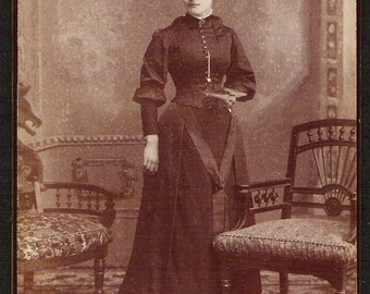 YOUNG WOMAN W/PHOTO photographic image brooch Very pretty fashionable Antique Cabinet card Real Photo