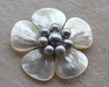pearl brooch,gray brooch,gray freshwater pearl brooch,shell brooch,flower brooch,wedding party,bridesmaid gift,pearl jewelry,pearl and shell