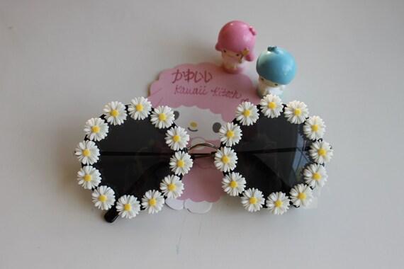 Daisy Wraparound Flowers on Retro Round Sunglasses