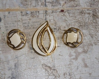 Monet Signed Set Clip Earrings And Pin Brooch White 1980s
