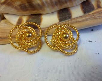 Delightful vintage gold tone swirled clip on earrings
