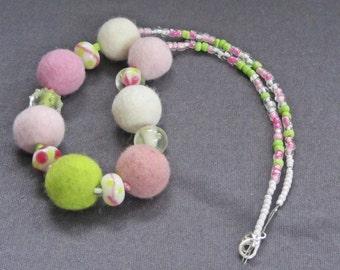 "Filzkette / Glaskette ""Elfe"", rosa-weiß-grün, Filzperlen ca. 19-22mm 100% Wolle, Glasperlen, Länge: ca. 55 cm, Karabiner, gefilzt, Unikat"