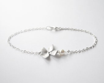 Silver Five leaf clover bracelet with tiny white pearl