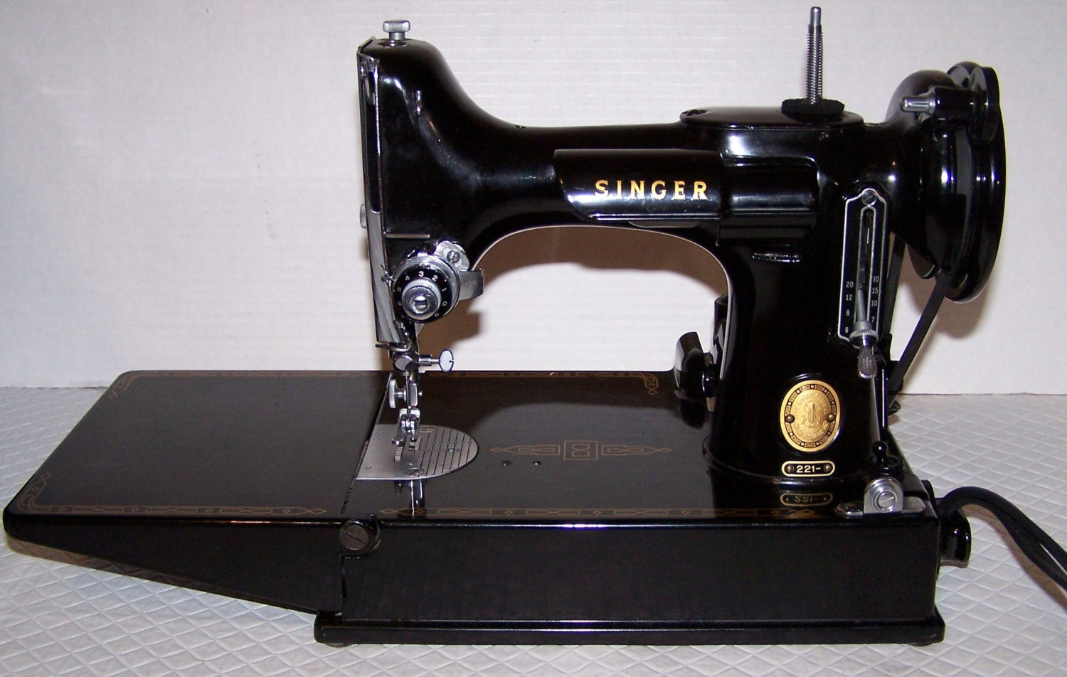 REDUCED PRICE 1957 Singer Featherweight Sewing Machine 221 w/