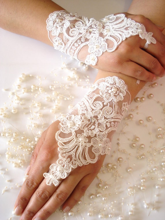 Wedding Gloves, Ivory lace gloves, Fingerless Gloves, cuffs, cuff wedding bride, bridal gloves,