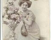 1910 - WOMAN with MANDOLINE and FLOWERS - Elegant Colored Portrait Postcard
