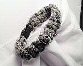 Paracord Gray White Skulls Bracelet