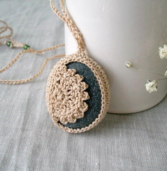 Crochet Piedra Collar - Joyería Crochet - encaje collar de piedra - Stone Beach Lacy colgante - collar de la boda de playa - Collar Roca grande