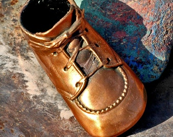 WHEN YOU NEED only one...  little antique bronzed baby shoe...  homedecorating     photography prop p2-2 L