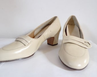 Vintage 50s 60s Buckle Shoes / Pumps / Enna Jetticks Slip On Shoes off white