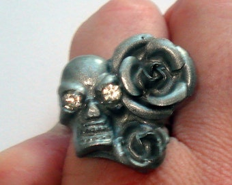 Silver skull and roses gothic style ring