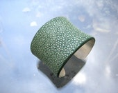 Genuine shagreen cuff bracelet in sterling silver - EMERALD GREEN semi-pearl finish
