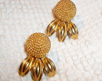 Vintage CLIP EARRINGS, Gold Tone Clip-Ons, Partial Daisy, Loves Me Loves Me Not, Spring Fashion Accessory, Realistic Floral Jewelry