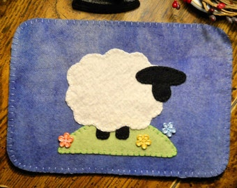 Sheep Penny Rug - Primitive Lamb Table Topper - Wool Candlemat - Country Style Decor