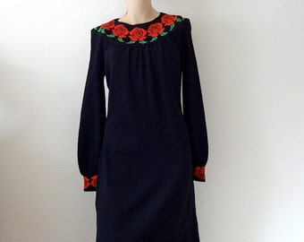 1970s Knit Dress / black a-line shift with red rose detail / 70s vintage fall winter fashion
