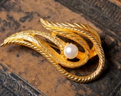 Vintage gold plated brooch with glass pearl