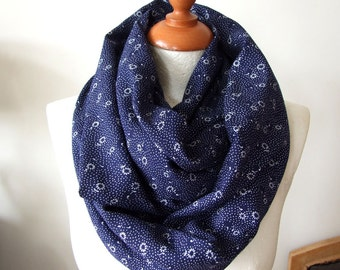 Infinity hipster scarf / daisies and dots loop scarf / chunky floral scarf / floral infinity scarf / white and navy shawl / handmade scarf